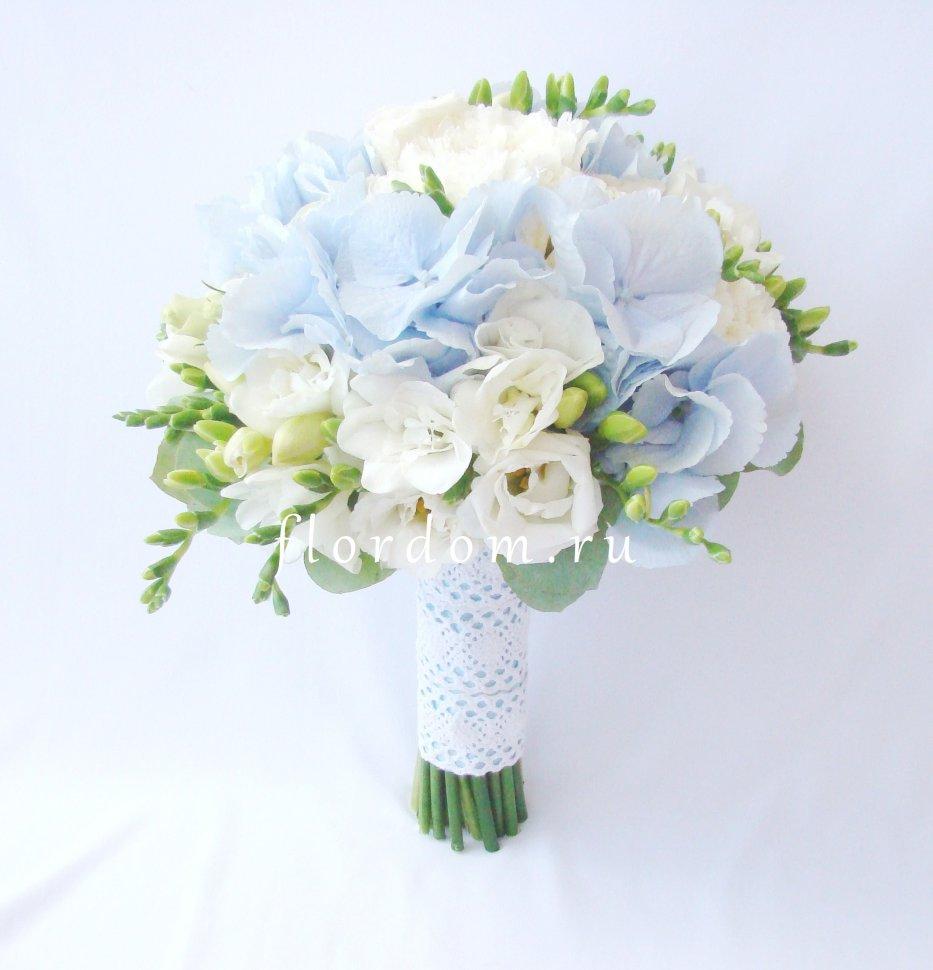 Букет с голубыми цветами фото